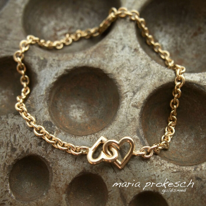 Armbånd i guld – alle håndlavede. Laves med detaljer i perler og sten. Dit valg hos Maria Prokesch