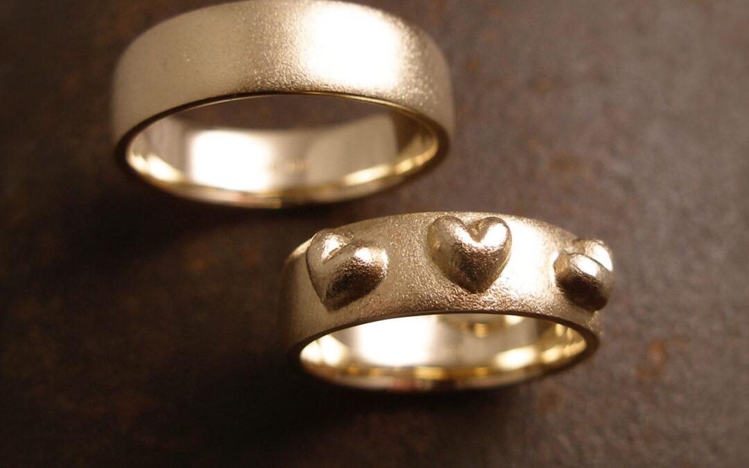 Tre rustikke ophøjede hjerter i utraditionelt design