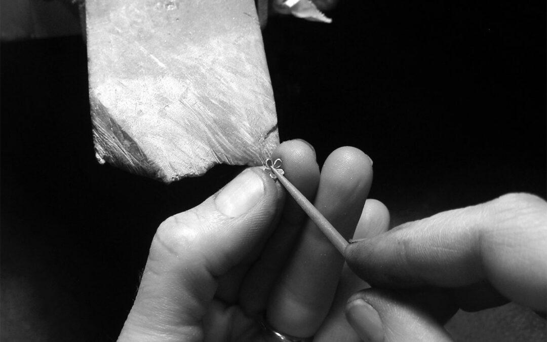 Fine blomster som pynt på kvindens ring