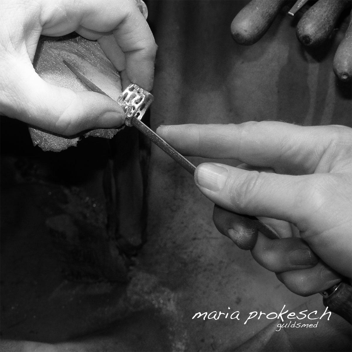 Håndlavede smykker med detaljer. På værkstedet arbejdes der med anderledes vielsesringe hvor de individuelle ønsker er vigtige.
