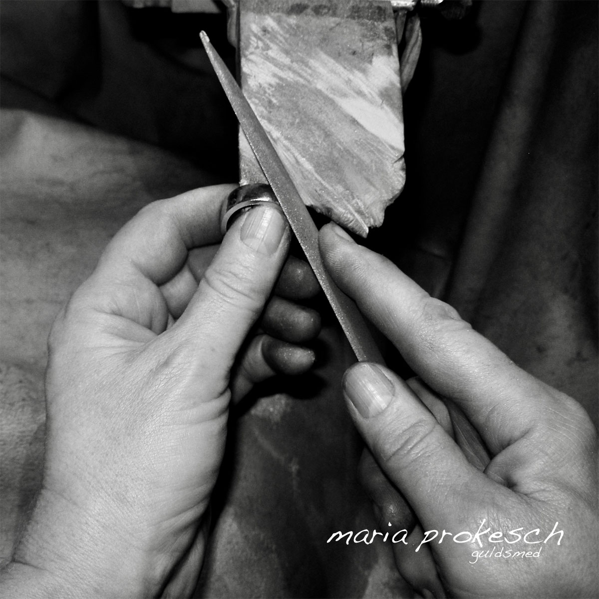 Alle smykker er håndlavet. Når vielsesringene bliver filet giver det endnu flere muligheder for personlige valg. Kundernes ønsker er vigtig