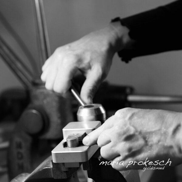 Bukning af kraftig ring i håndrevet bukkemaskine