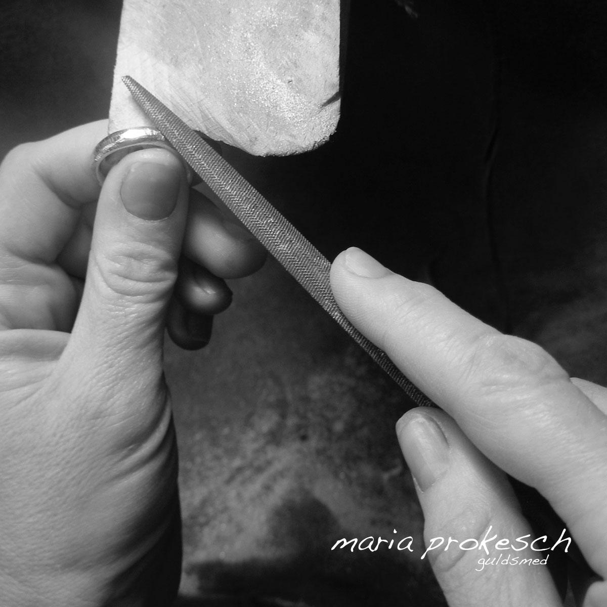 På guldsmedens værksted er der ægte håndværk. Alle smykker og vielsesringe bliver håndlavet. Her er det er par ringe som files groft rustikt, en populær overflade