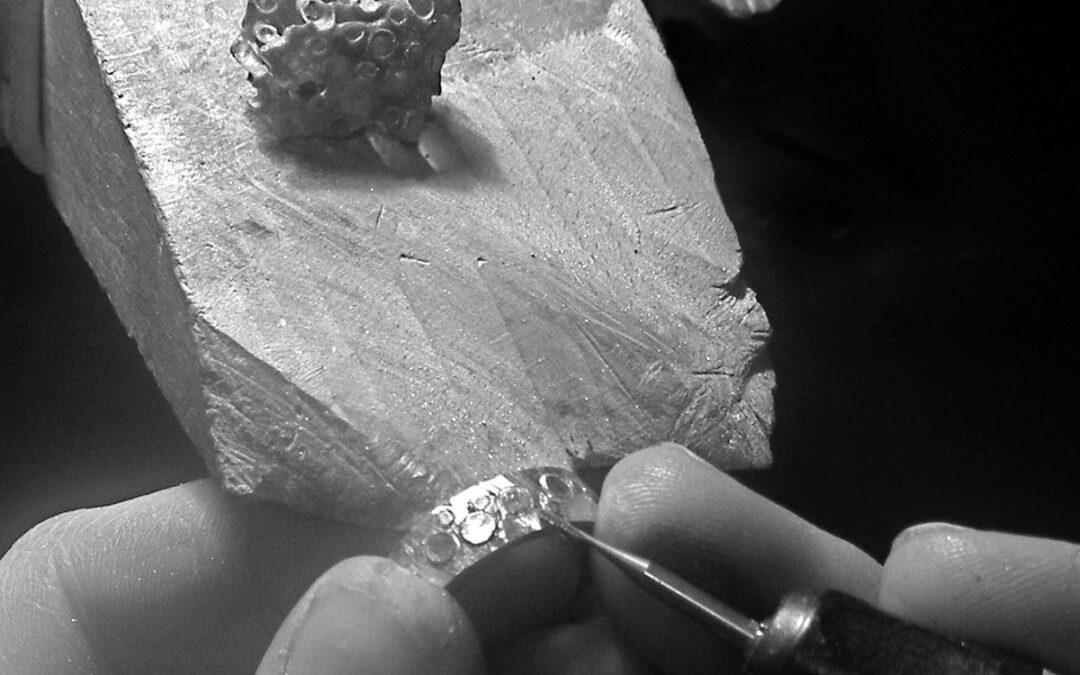 Kundens koral laves som mønster i vielsesringe