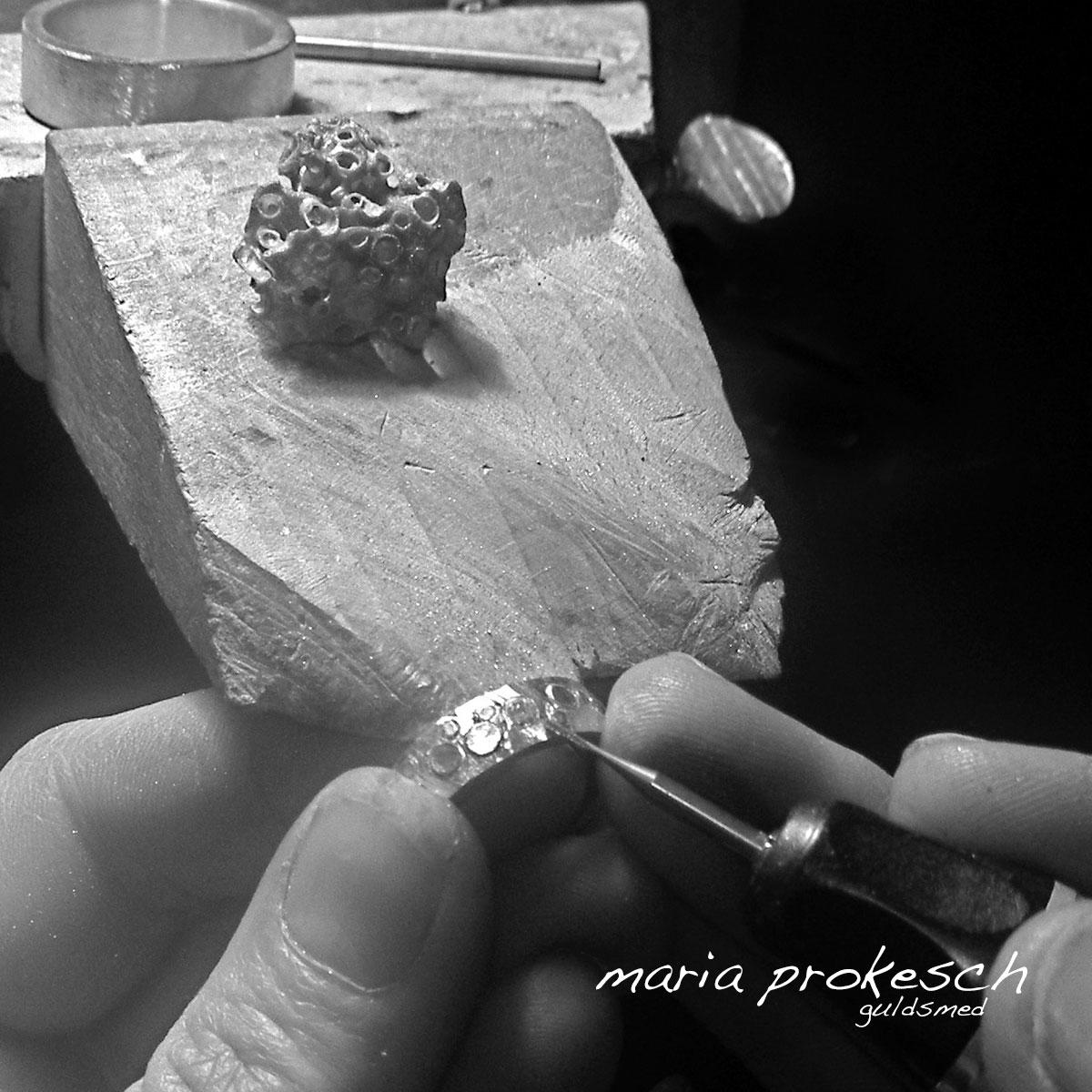 De håndlavede smykker og vielsesringe laves alle af Guldsmed Maria Prokesch. Der bliver arbejdet med fine detaljer og kærlighedshistorier som integreres i smykkerne.