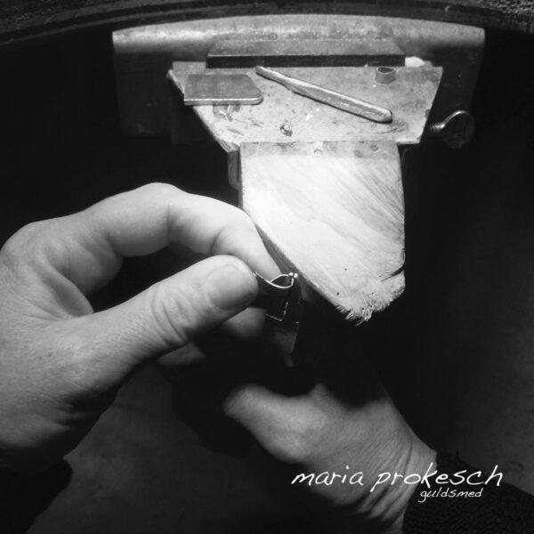 Fatning til dråbeslebet diamant bukkes i hånden