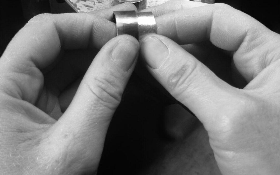Tofarvede vielsesringe i to lag loddes til én ring