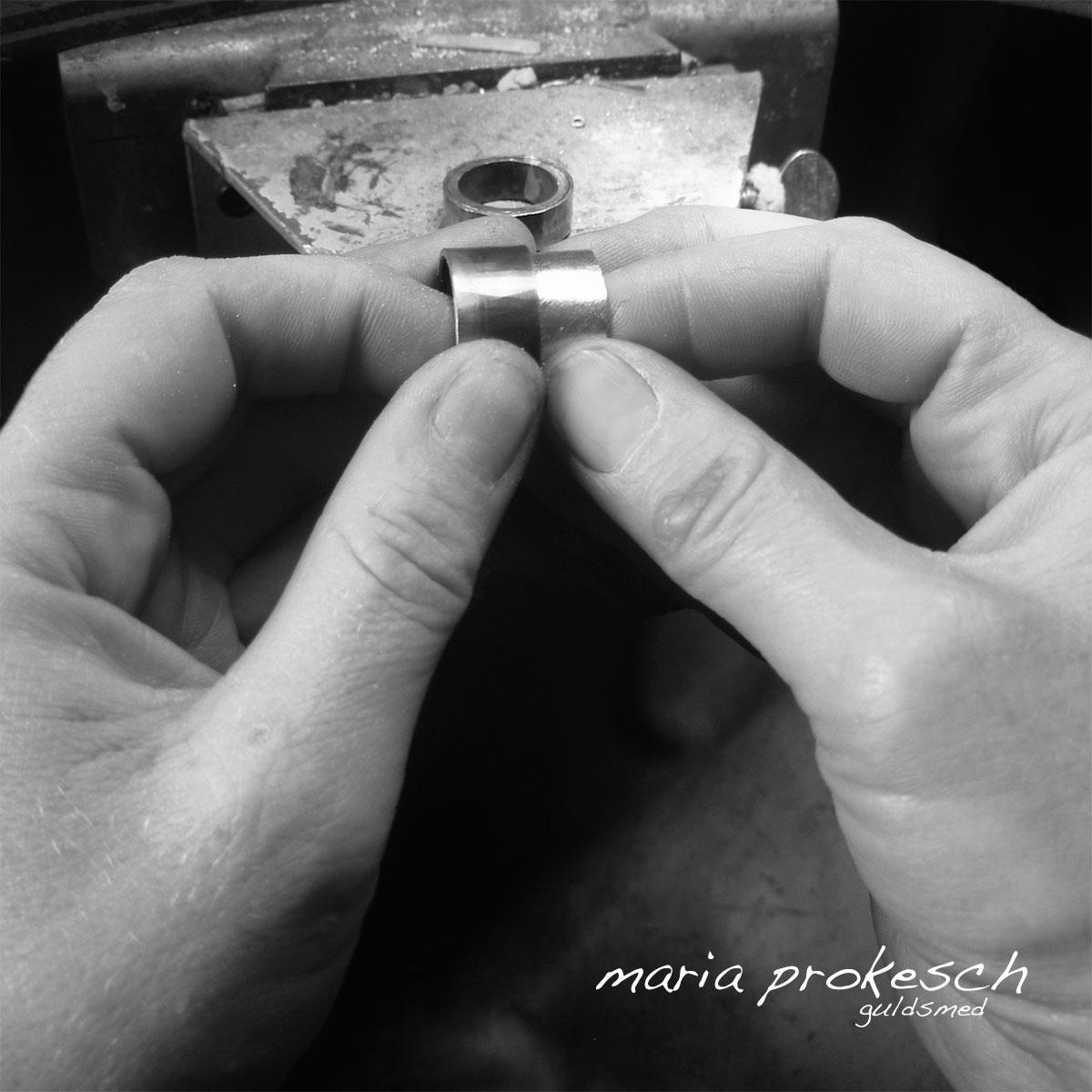 Håndlavede smykker laves med stor faglighed og kvalitet. Der bliver til vielsesringene brugt guld og ægte sten. Mange muligheder for personlige ønsker, her er det tofarvede ringe som guldsmeden arbejder med.