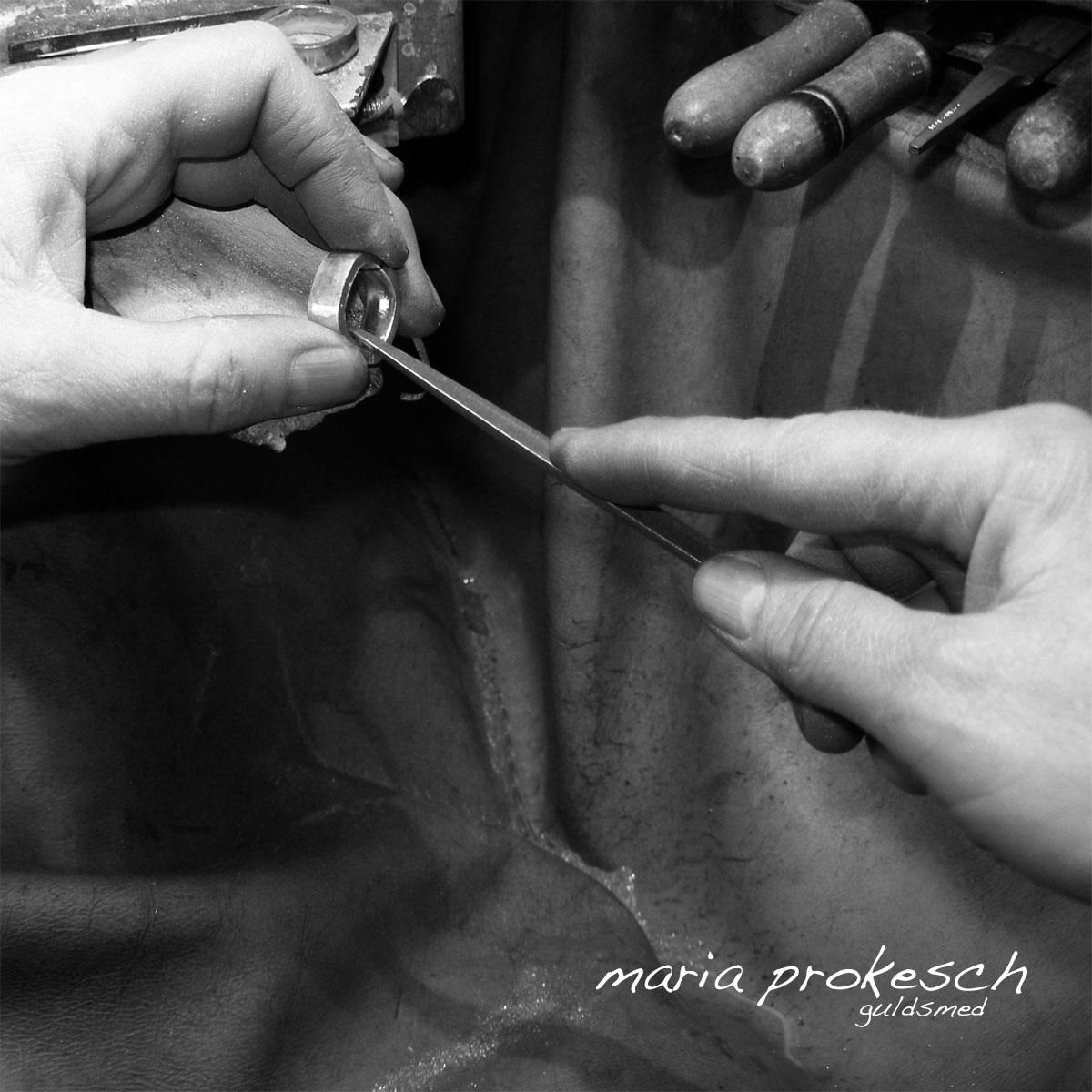 At alle smykker bliver håndlavede på eget værksted gør en stor forskel. Vielsesringene på bestilling kan få det specielle og personlige udtryk som I ønsker.