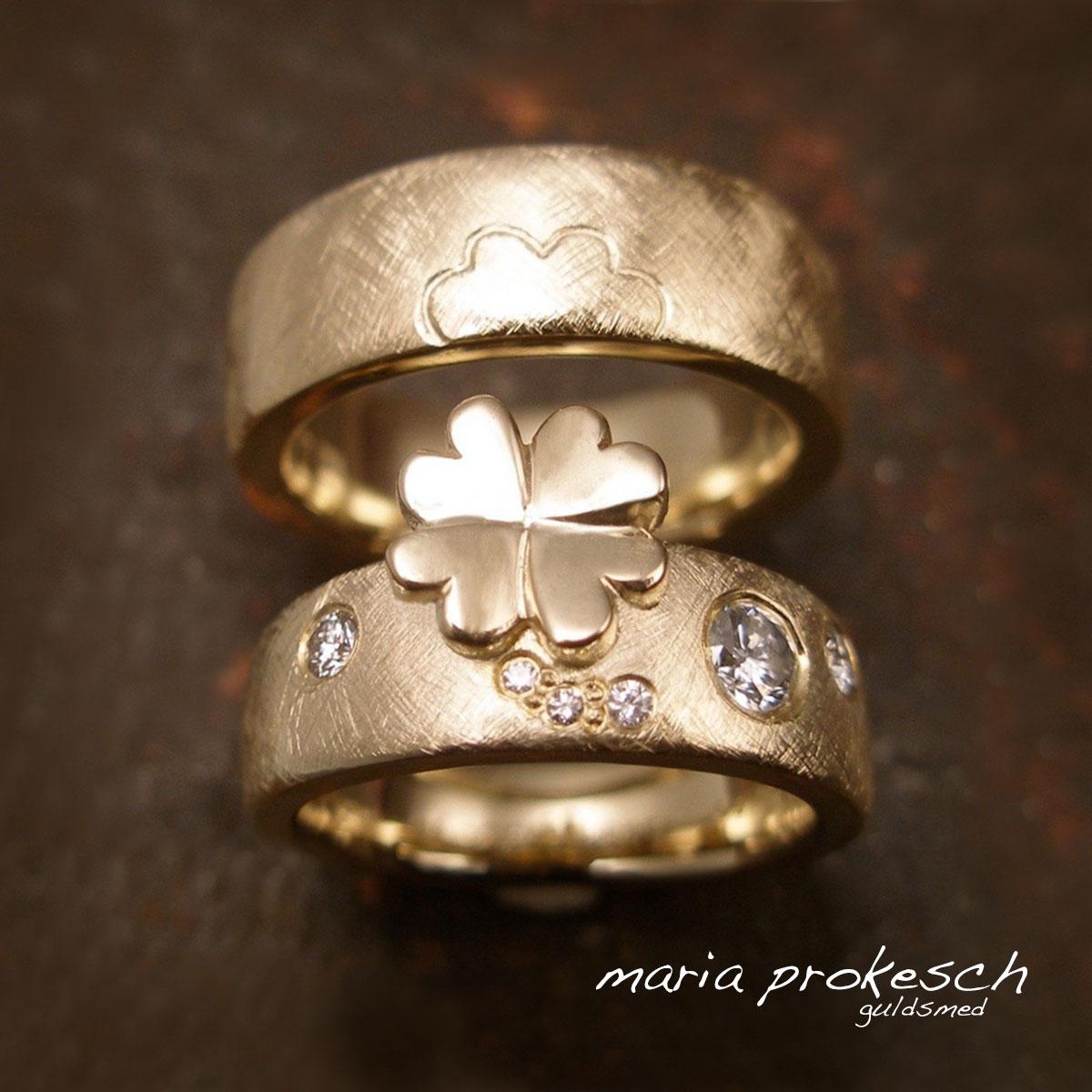 Blank firkløver på kærlighedsringe, giver samhørighed for parret. Kontrasten til de rustikke overflader, med detaljer af diamanter på kvindens vielsesring. Personlig historie