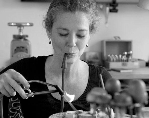 Guldsmed Maria Prokesch laver smykker i guldsmedeværkstedet