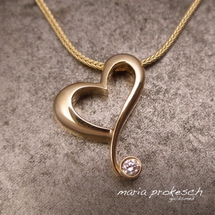 Vedhæng med eks. perler, farvede sten, diamanter. Alle unikke og håndlavede