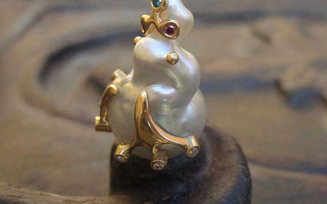 Unika vedhæng med Frøprins iklædt guld og diamanter