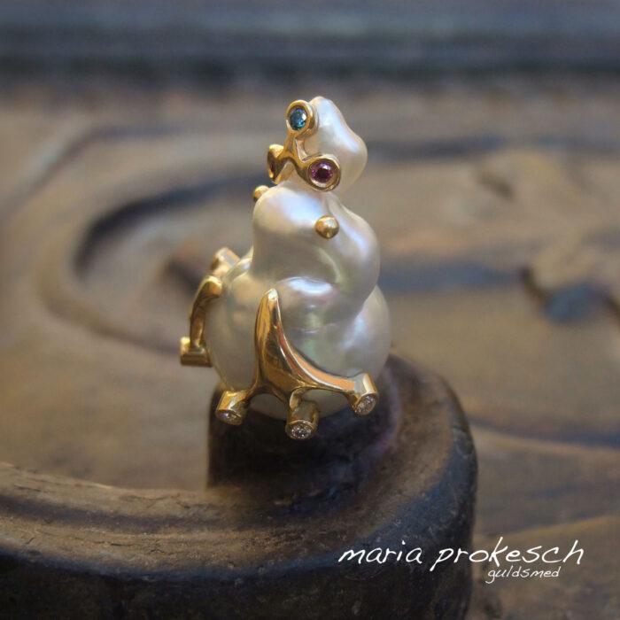 Unikke smykker i guld med perler, diamanter eller farvede sten. Alle unikke og håndlavede