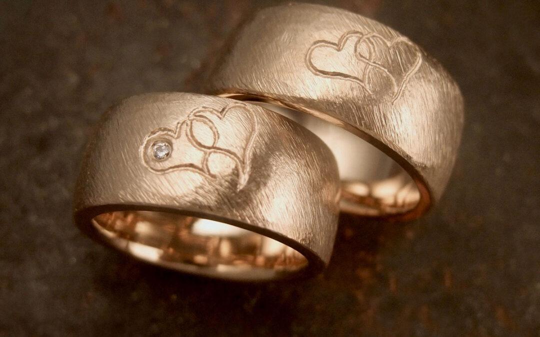 Guldringe med personlige dobbelte hjerter