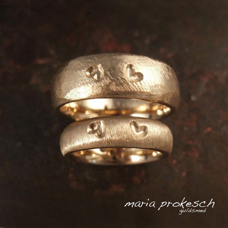 Et par hjerter på hver ring, forskellige overflader