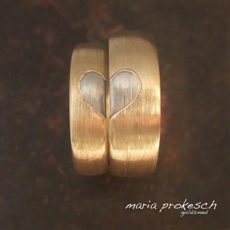 Matteret vielsesringe med hjerte i to farvet guld