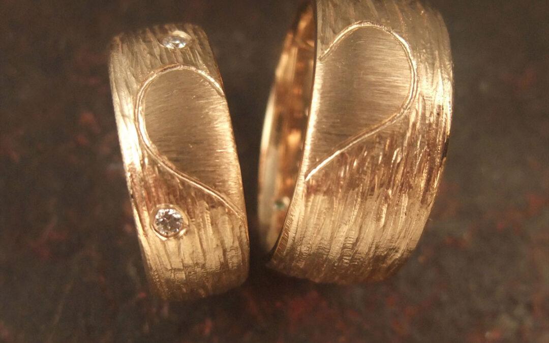 Naturlig barkoverflade oghalve hjerter på hver ring