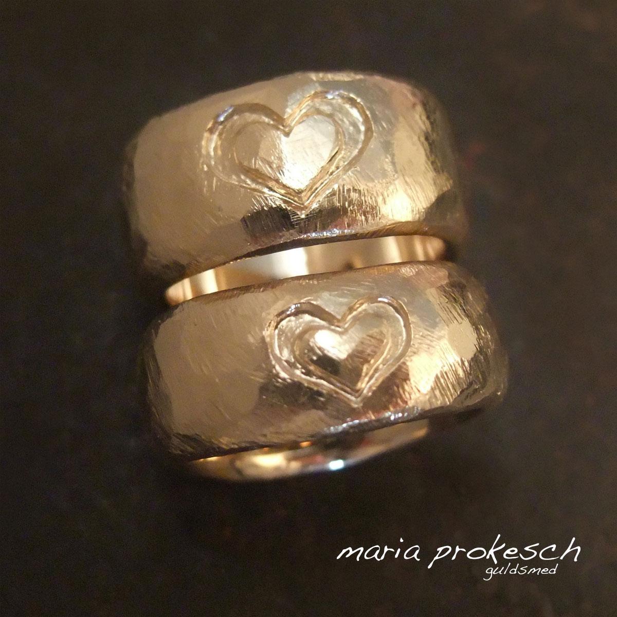 Vielsesringe i rustikt design og med dybe graverede hjerter. Personlige og håndlavede af guldsmed Maria Prokesch
