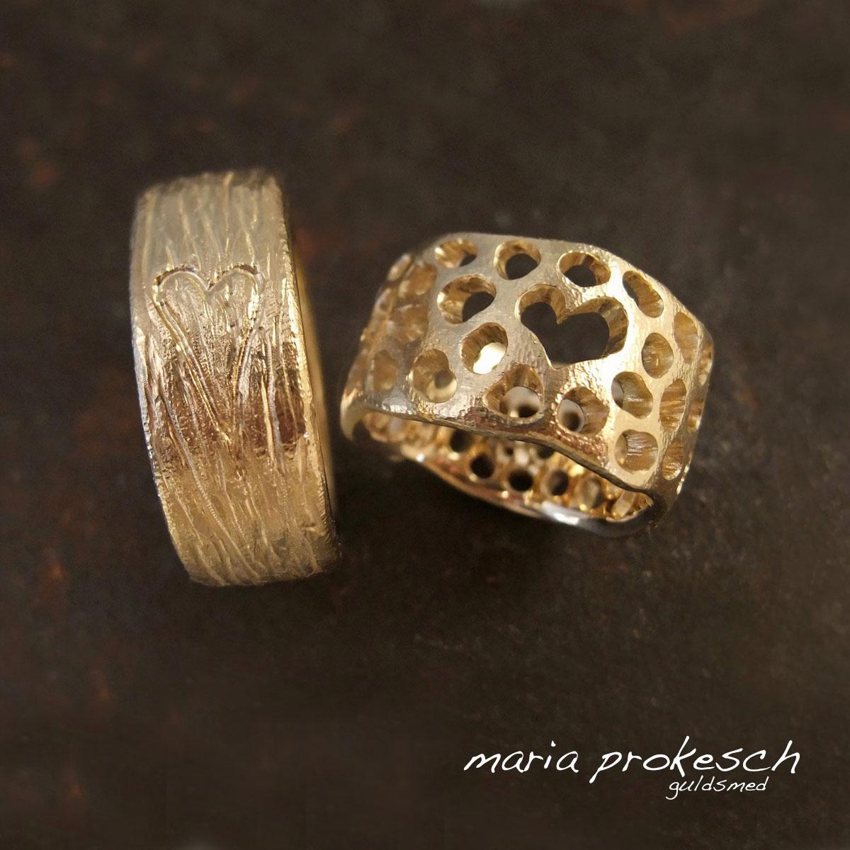 Vielsesringe i 14 kt gult guld. Rå, naturlige og rustikke med udsavet personligt hjerte i hendes, hans ring med natur rå bark overflade og skjult hjerte