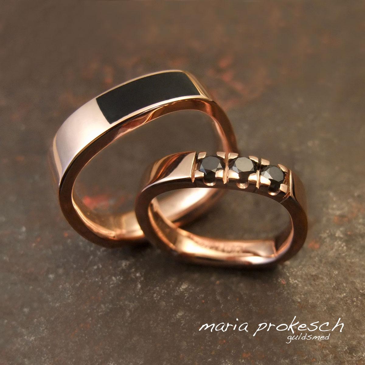Klassisk design til vielsesringe med utraditionelle valg. Begge ringe er firkantede, hendes som alliancering med behandlede sorte diamanter. Hans ring med sort onyx lagt ned i ringen. Dansk håndværk, med personlige valg
