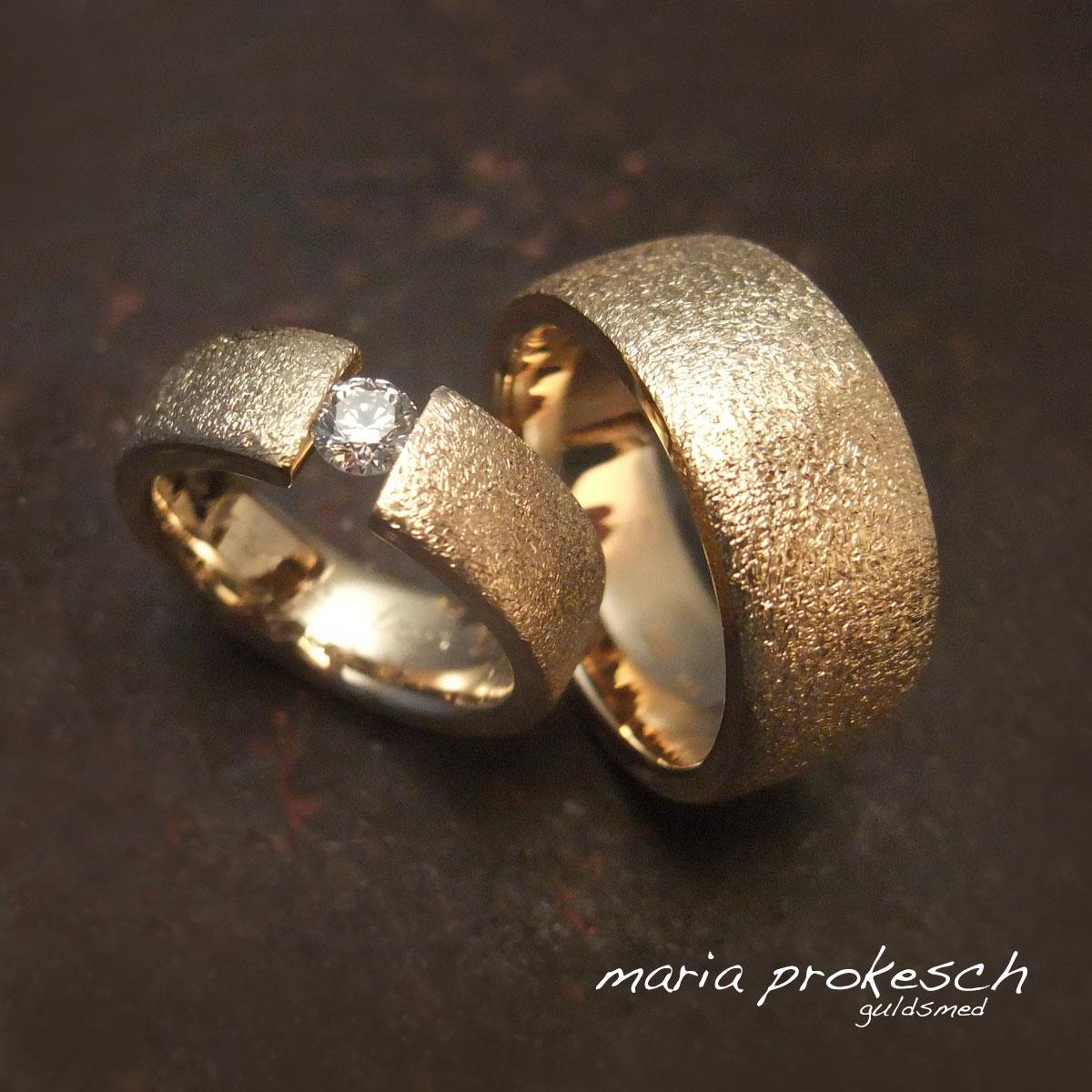 Klassiske vielsesringe med svævende diamant. Rustikke guldringe til bryllup med personlige detaljer. Design selv sammen med guldsmeden