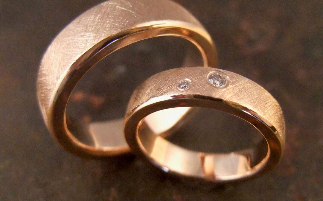Enkle klassiske ringe i rosaguld med mattering