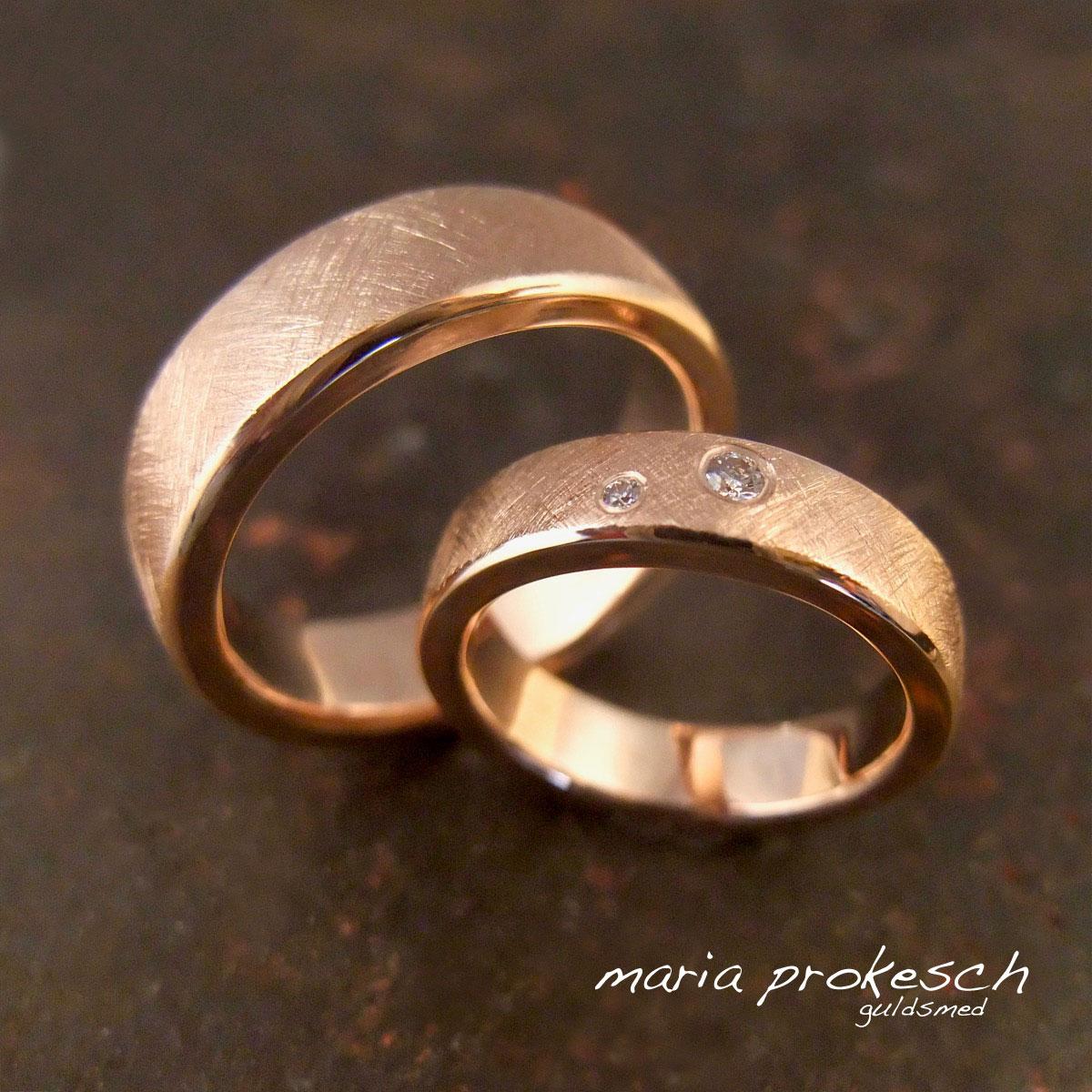 Enkle vielsesringe i rosaguld. Klassiske med rustikke og blanke detaljer. Bryllupsringe med sten fra guldsmed. Håndlavet og anderledes