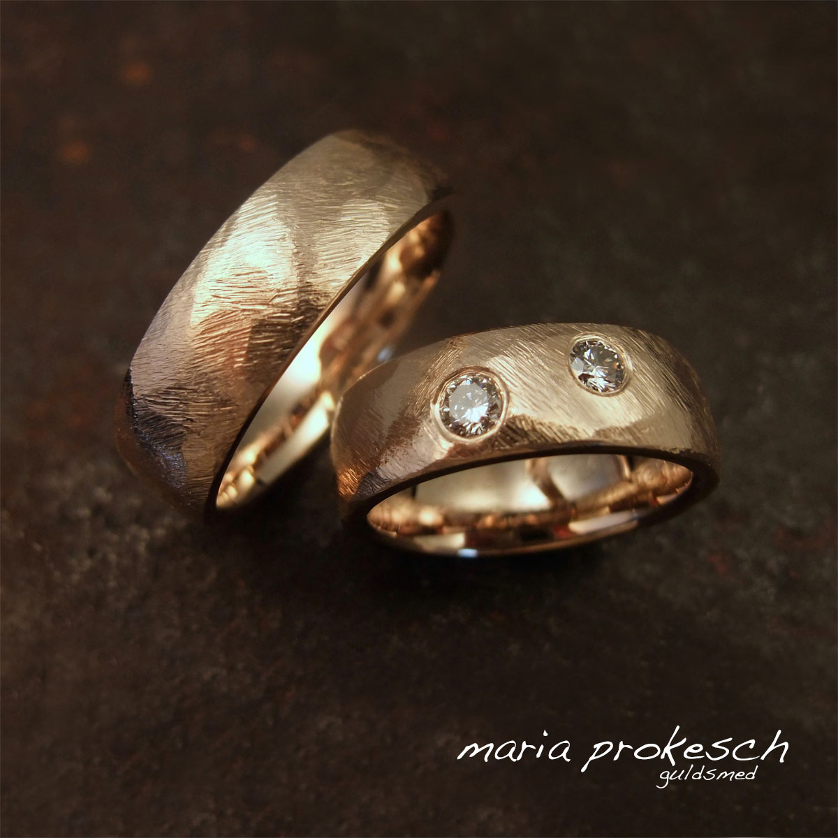 Rustikke vielsesringe i guld med groft filet overflade og to diamanter. Kan også bruges som forlovelsesringe. Råt design og håndlavet stil