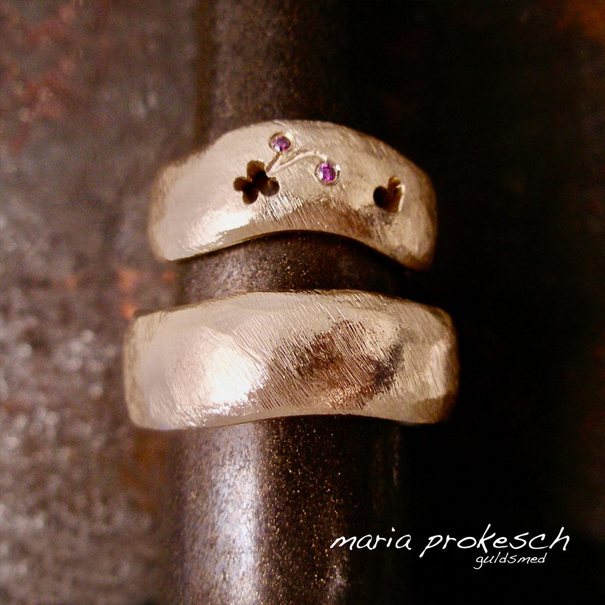 Håndlavede rustikke vielsesringe der bølger, hendes mere end hans. På hendes sommerfugl og hjerte udsavet. Personlig historie for parret