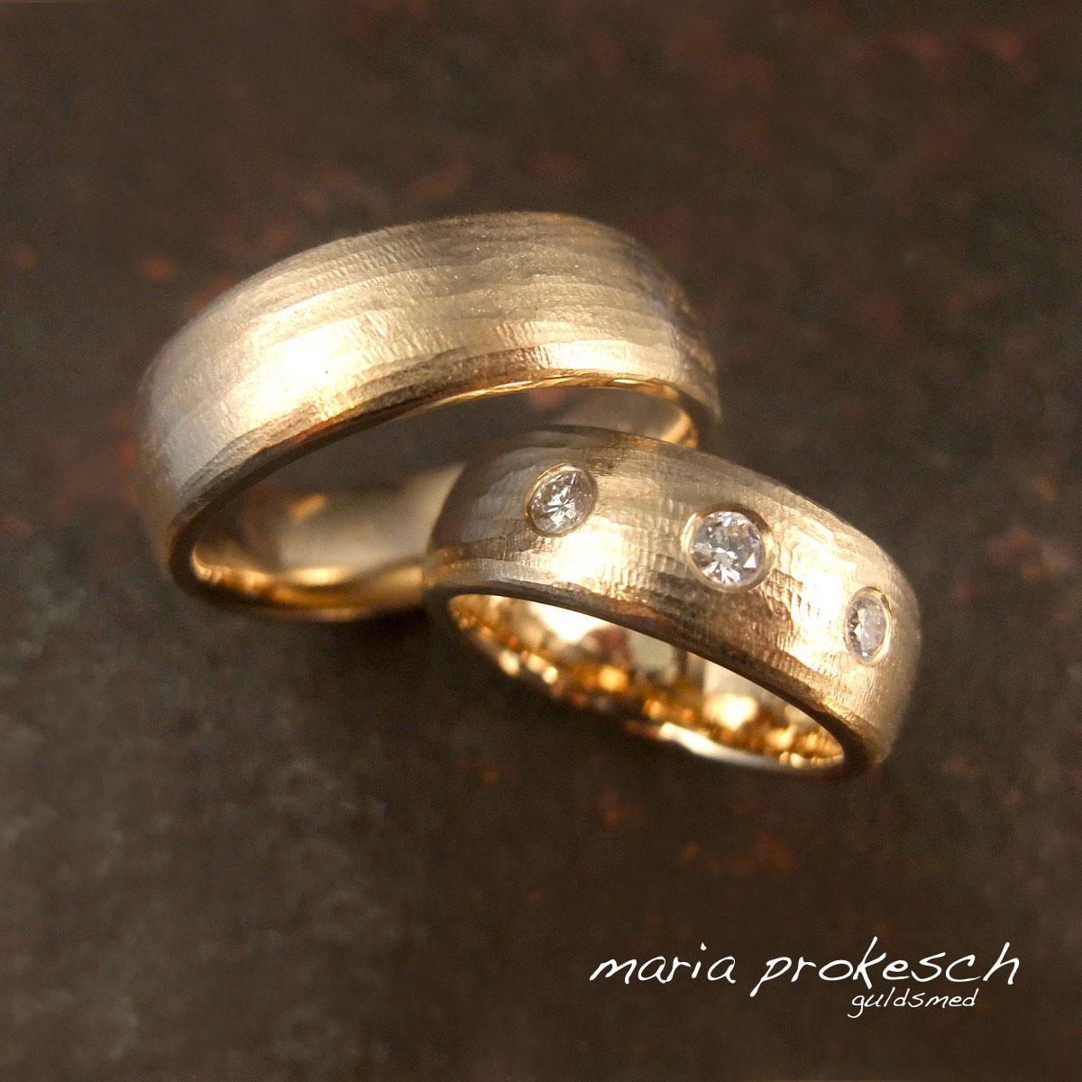 Rustik matteret vielsesringe, håndlavet og med 3 diamanter i hendes ring. Stort personligt udvalg af håndlavede vielsesringe