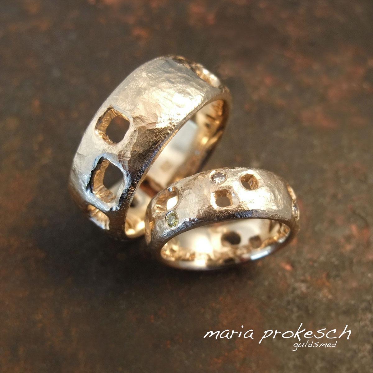Utradtionelle vielsesringe som både er grov-rustikke og med firkantede udsavninger. I hendes ring sidder brillanter strøet.