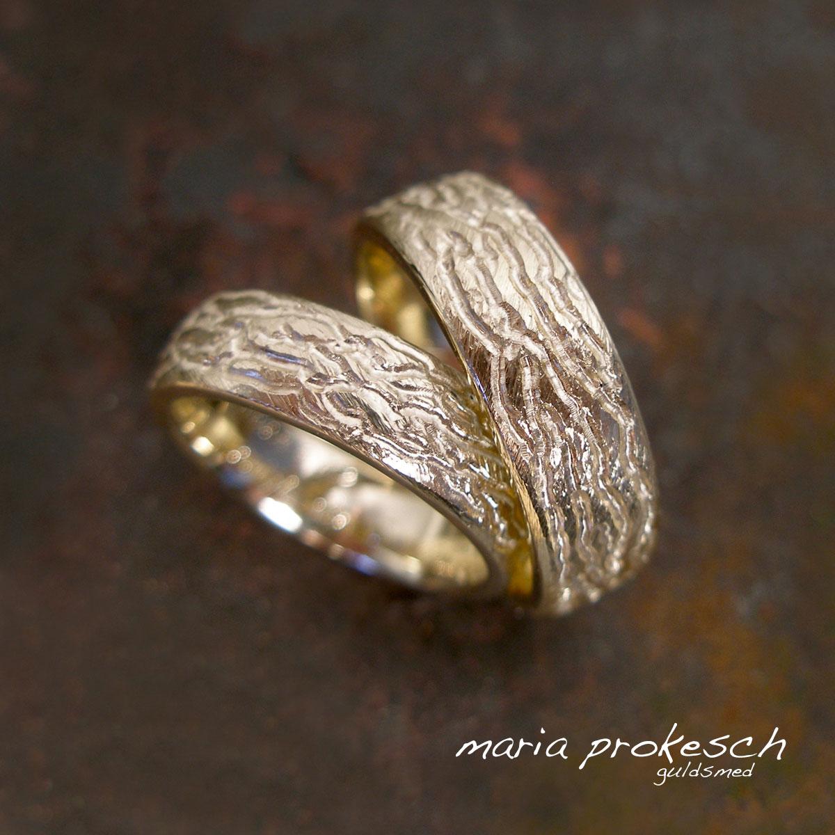 Rustikke vielsesringe i 14 kt guld med en kombination af forskellige overflader. Design sammen med guldsmeden hvordan jeres kærlighedsringe skal foreviges.