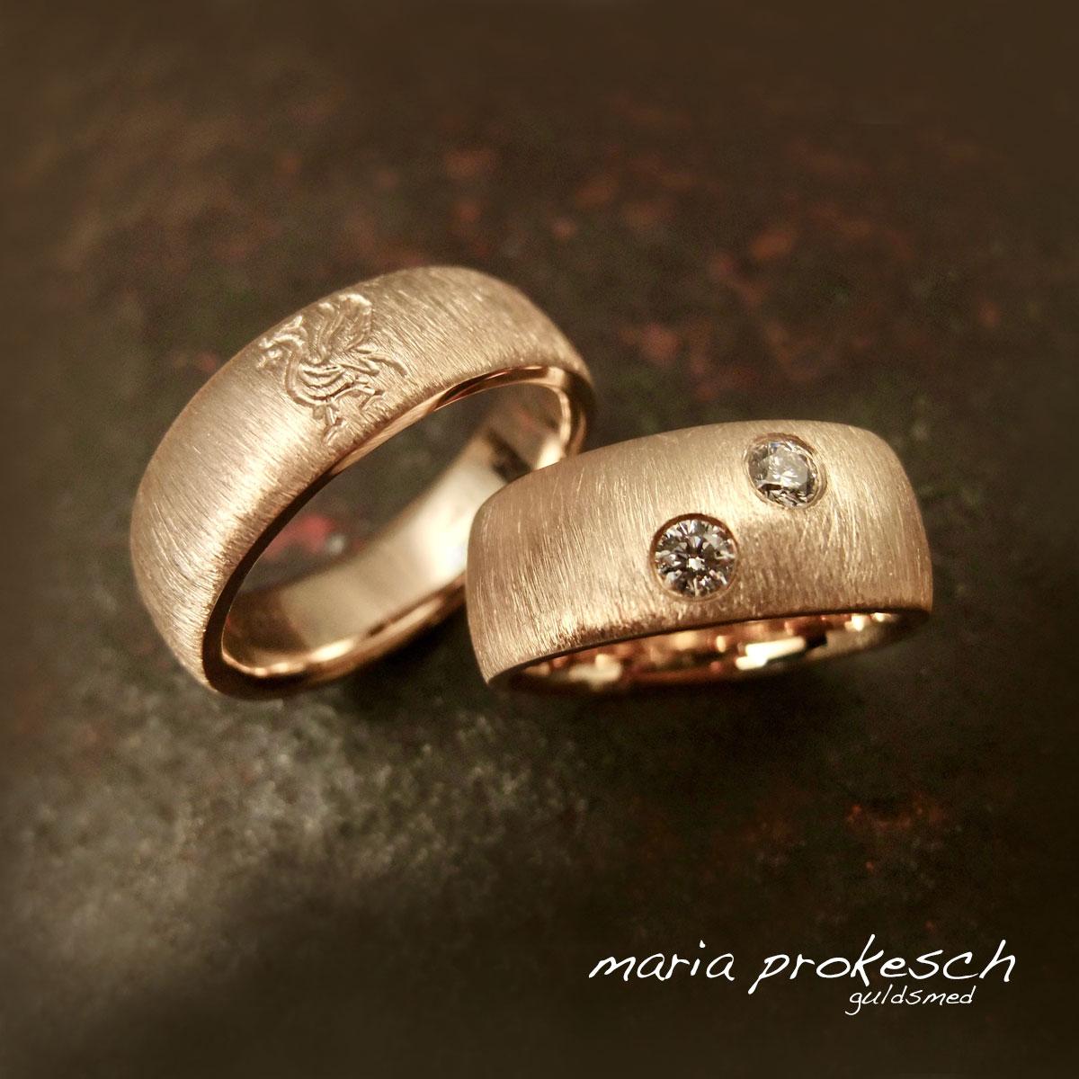 Diamantridset rustikke vielsesringe i 14 kt. På hendes ring to brillanter, på hans ring Liverpool fodbold logo graveret med en håndfræser.