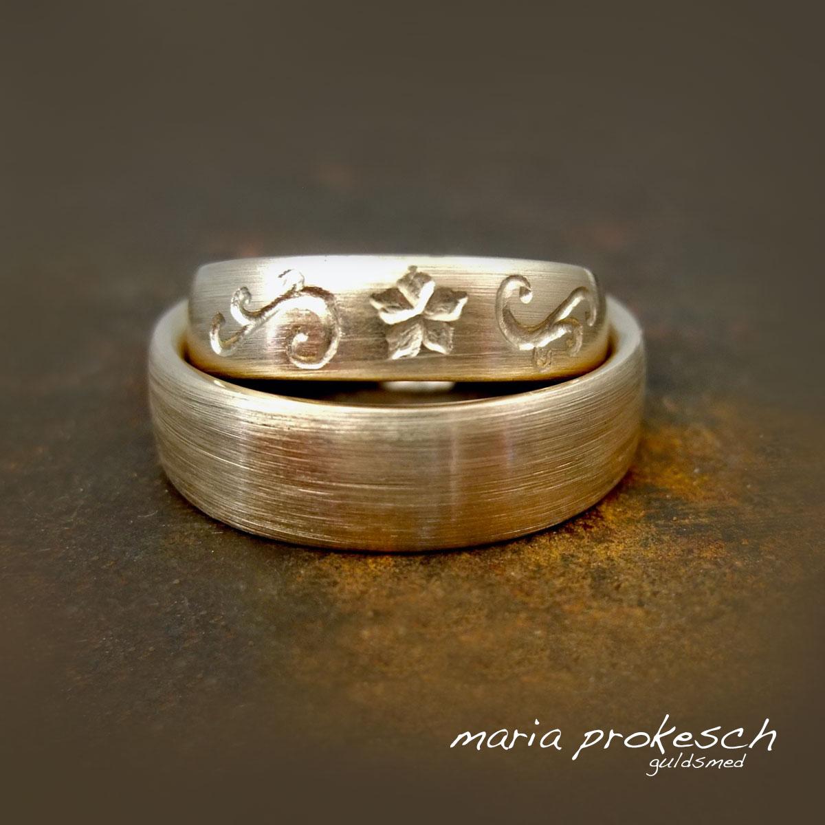 Personlige mønstre dybt graveret i hendes vielsesring. Begge ringe håndlavet i 14 kt guld med diamantridset overflade.vielsesringe
