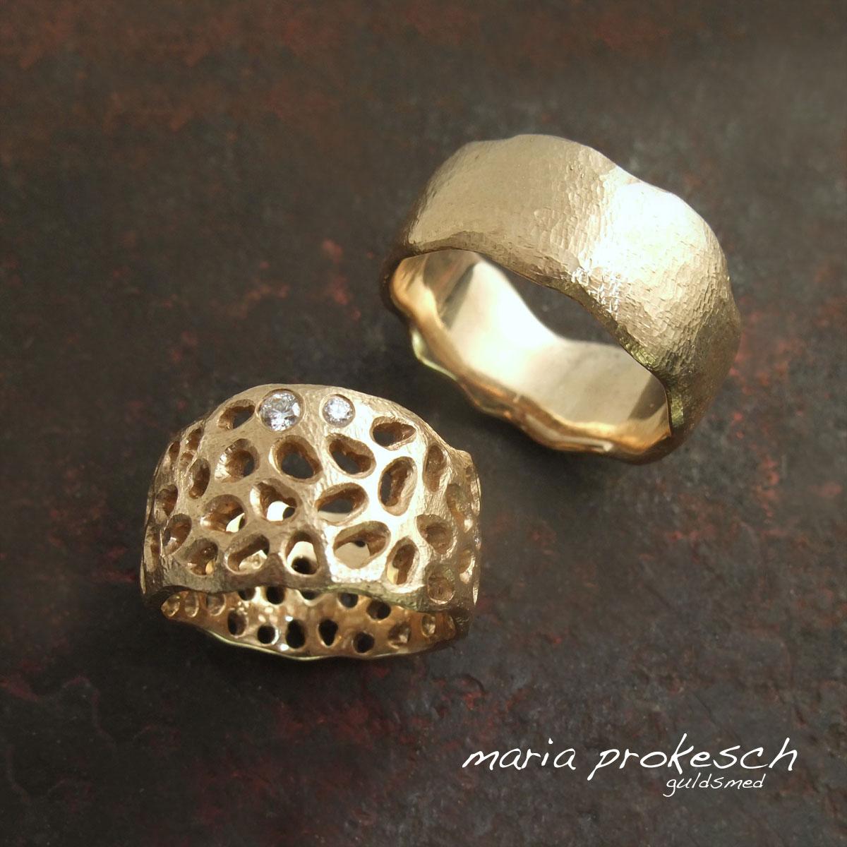 Forlovelsesringe i guld der kan bruges som vielsesringe. Rustikke og håndlavet med tilfældige bølgede sider og udsavninger på hendes. Gedigne og lækker kvalitet