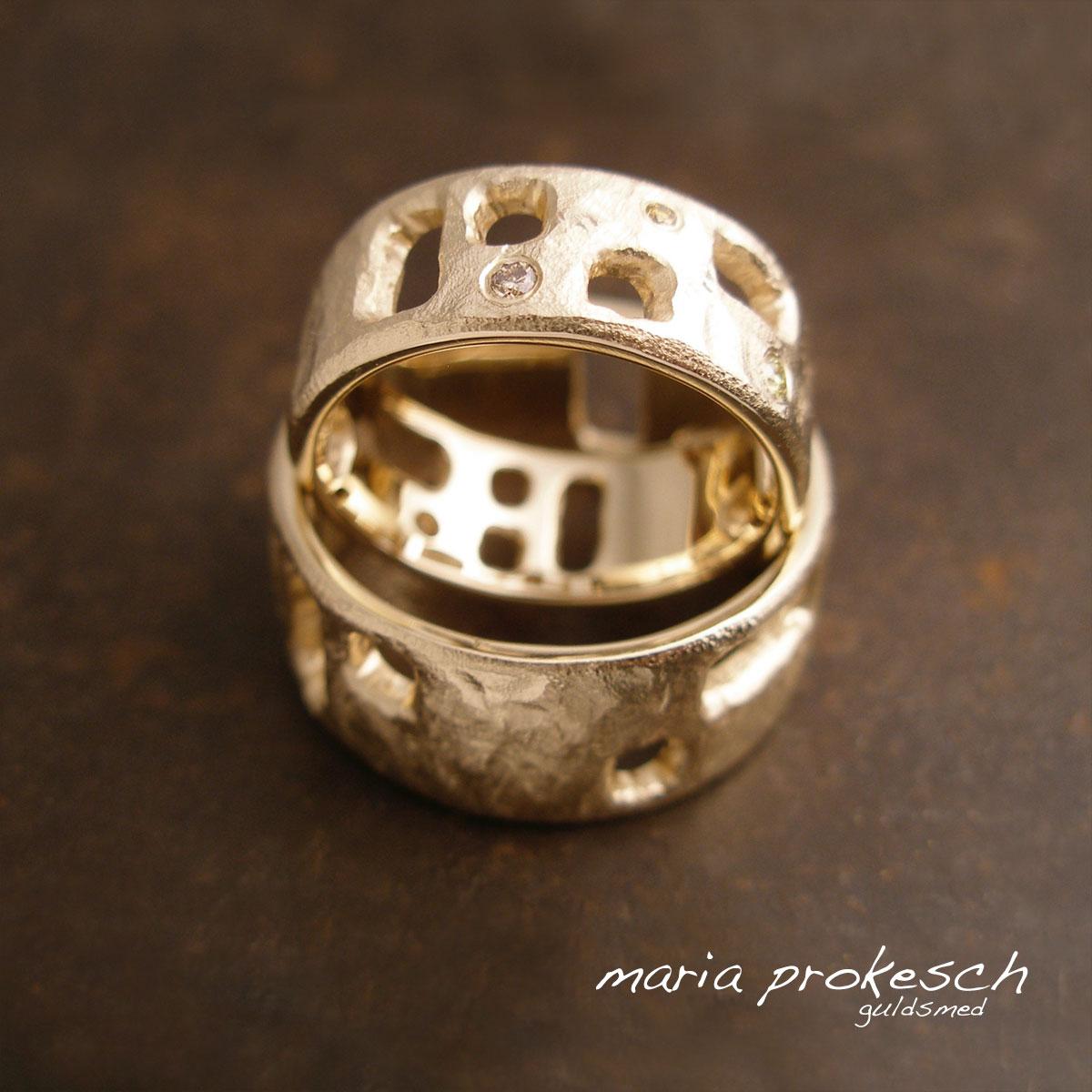 Bredde rustikke vielsesringe med tilfældige firkantede udsavninger. Hendes med gyldne diamanter. Håndlavet for brudeparret til evigt minde