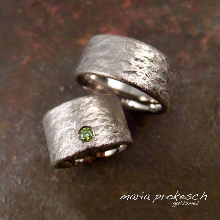 Bredde rustikke ringe med grøn diamant