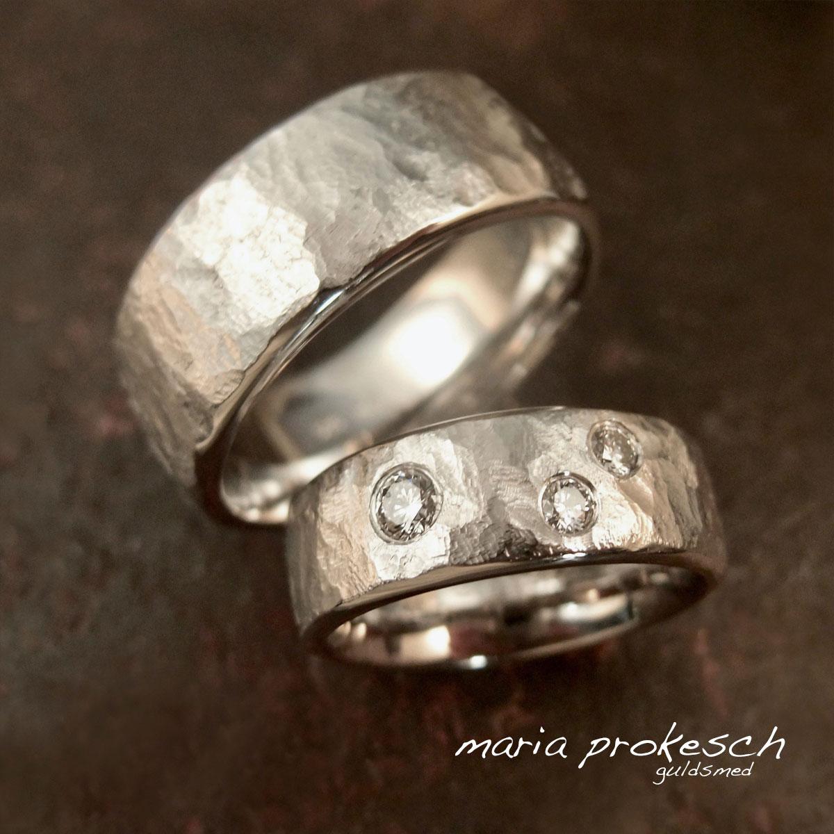 Rustikke ruflet 14 kt hvidguldsringe med diamanter strøet tilfældigt. Føles rar på finger da de buer indvendigt. Individuelle valg for personlige ringe til bryllup