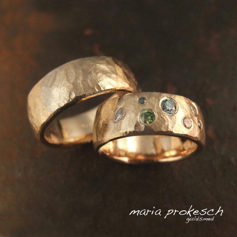 Rustik ruflet overflade i guld med farvede diamanter