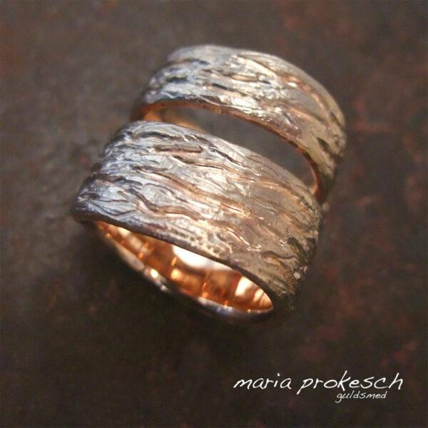 Tofarvede ringe i guld med bark mønster