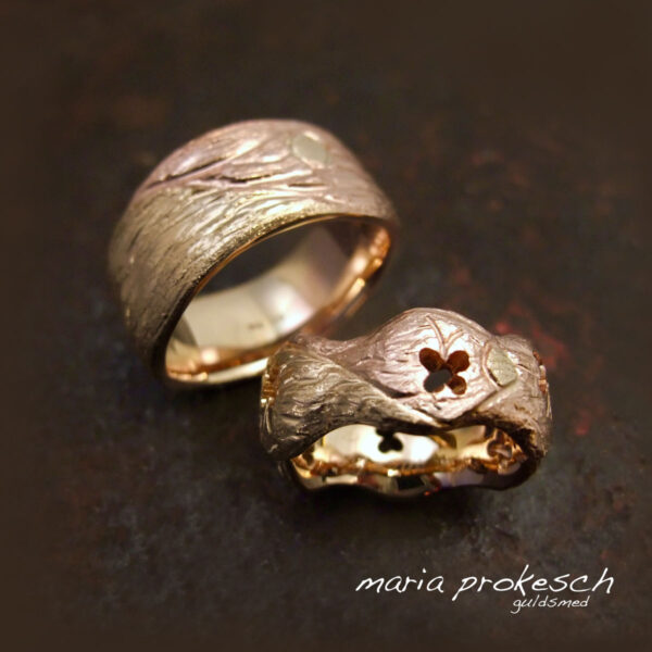 Amorfe ringe i to farver guld og rustikt bark mønster