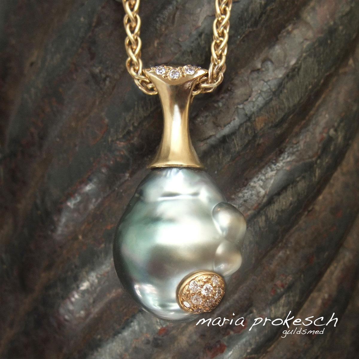 Barok tahitiperle med bobler. Guldvedhænget i 18 kt har et eksklusivt udtryk, hvor perlens naturlige ujævnheder er en del af designet.