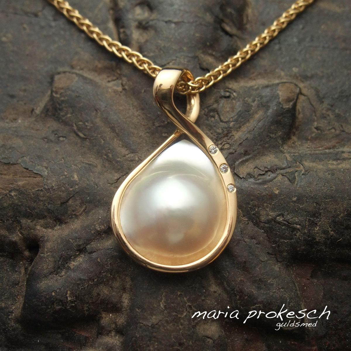 Eksklusivt enkelt design af guldvedhæng med hvid mabeperle og diamanter. Håndlavet og designet af guldsmed Maria