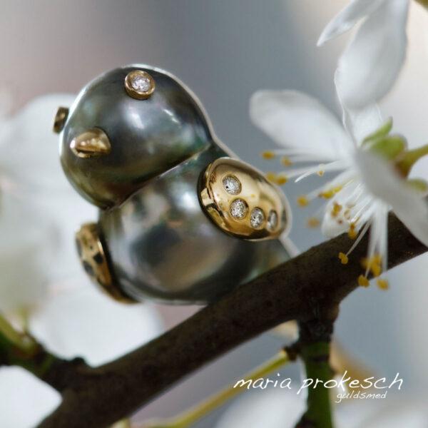 Birdie -en unika fugl Tahitiperle med guld og diamanter