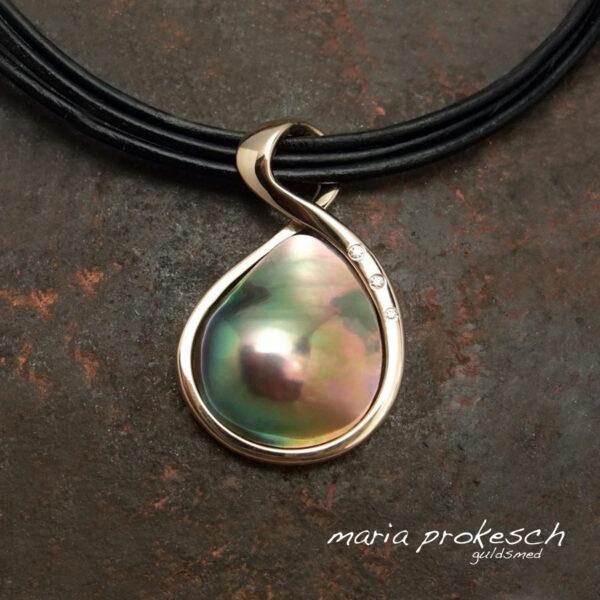 Farverig Cortez mabe perle med guld og brillanter