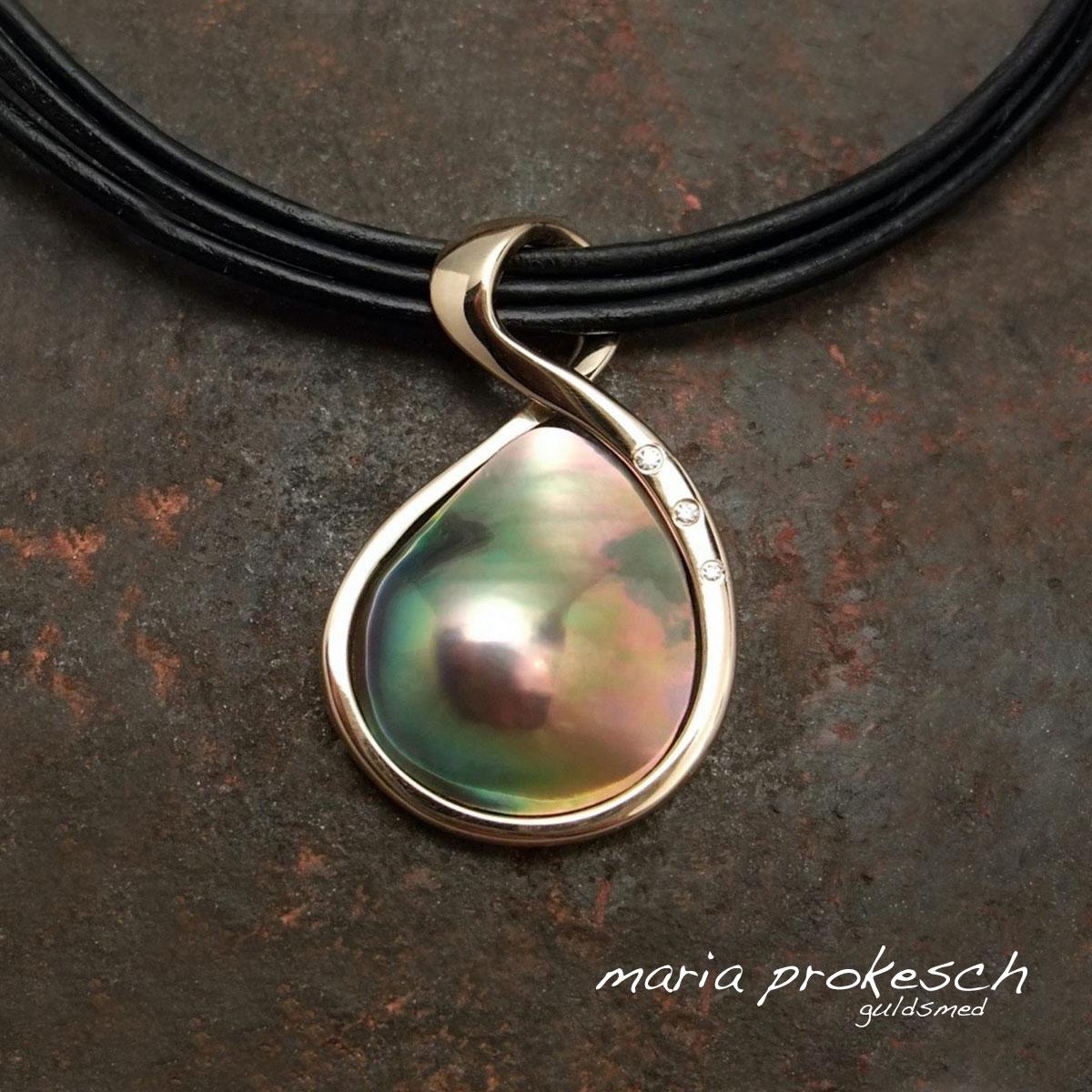 Enkelt guldvedhæng med farverig cortez mabe perle. Et anderledes design med elegant guldindfatning og brillante