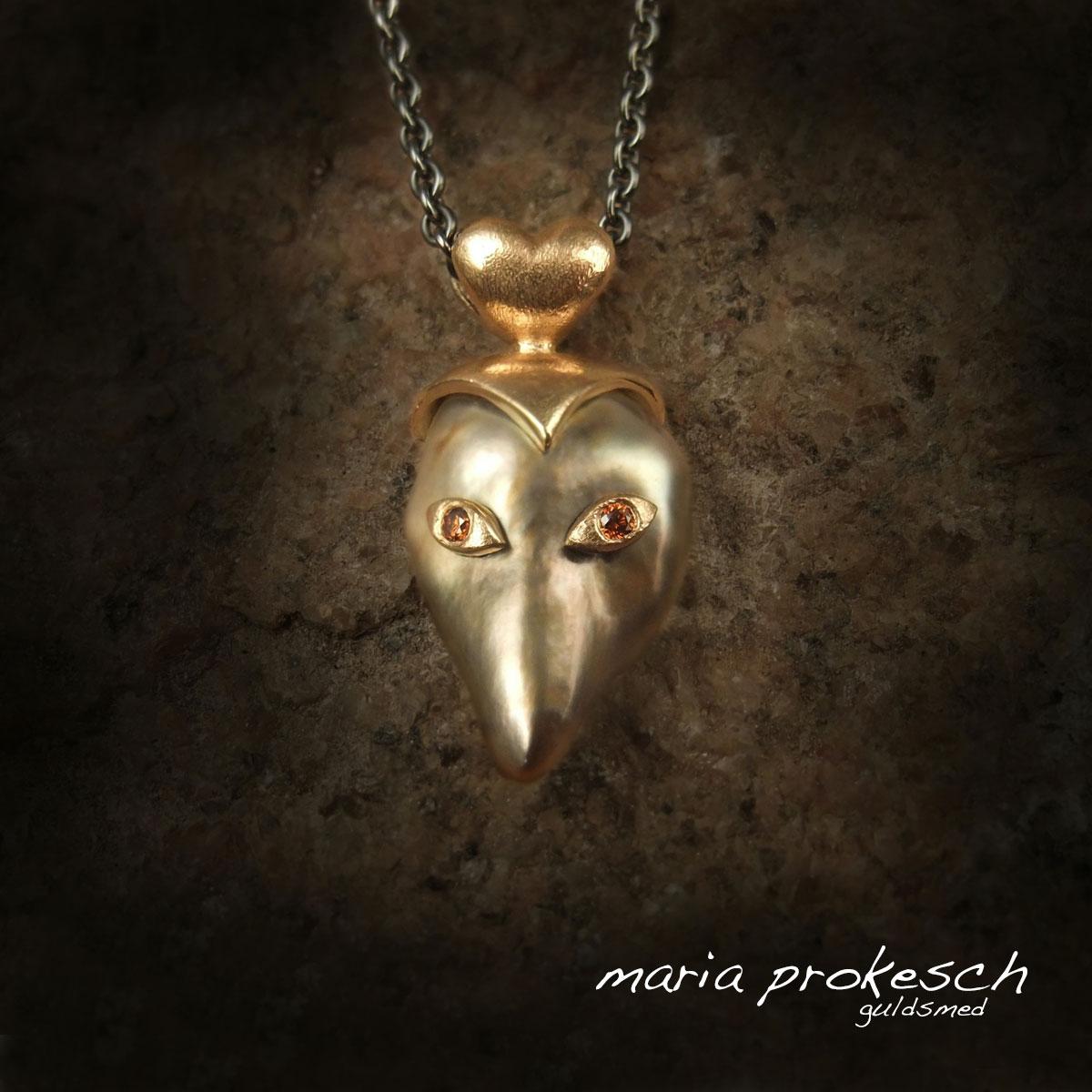 Guldvedhæng med fiji perle. Eventyrlig papegeno maske med hjerte ophæng og behandlede orange brillanter.