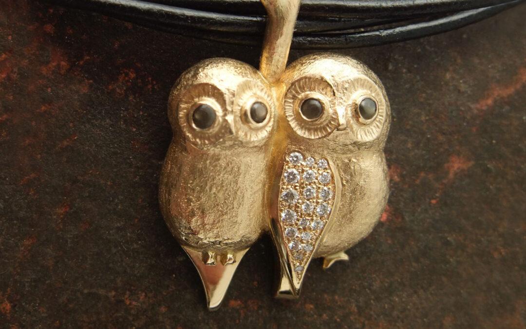 To ugler, unika smykke med 18 kt guld og diamanter