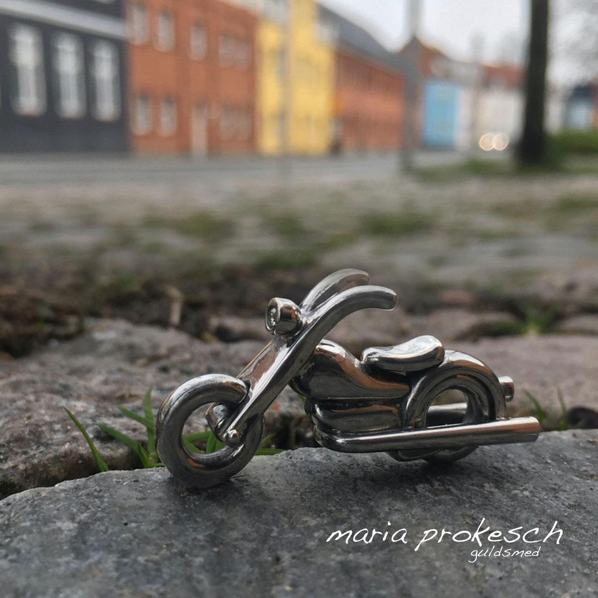Herresmykke til ham. Motorcykel som nøglering i sølv. Håndlavet med motorcykeldæk der kan dreje rundt. Et elegant maskulint design.